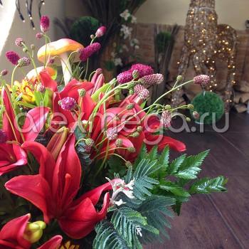 Букет сборный с лилиями и декоративными грибами