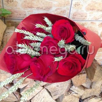 Букет с розами Элит и злаками в бумажном конверте