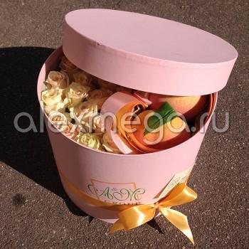 Композиция с персиками в шляпной коробке
