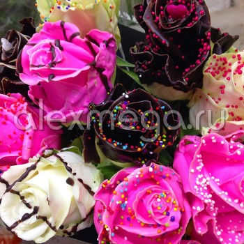 Композиция в сундуке с розами в шоколадной глазури