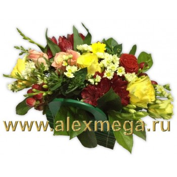 Корзина из желтых, алых, кремовых роз, альстромерии, фрезии и зелени.