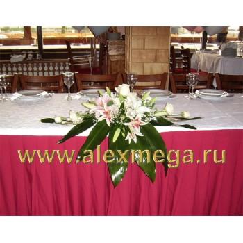 Оформление цветами свадьбы в ресторане. Композиция из лилий на стол жениха и невесты.