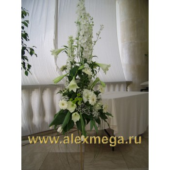 Оформление цветами. Композиция на бронзовой стойке у стола бракосочетания. летняя веранда ресторана