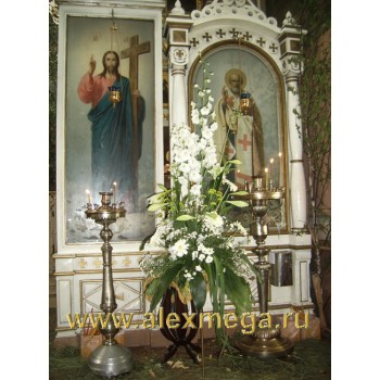 Оформление цветами церкви, Композиции на стойках у иконы Иисуса Христа и Николая Угодника