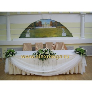 Украшение цветами стола молодоженов