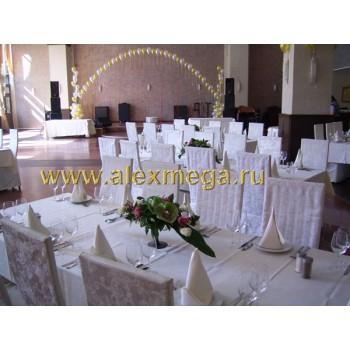 Украшение цветочными композициями столов гостей