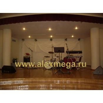 Украшение органзой и цветами сцены ресторана ВОЛГА Ренессанс отеля