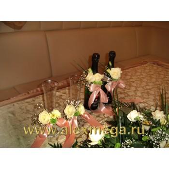 Оформление цветами свадьбы, ресторан PATHE. Украшение бутылок и фужеров молодоженов.