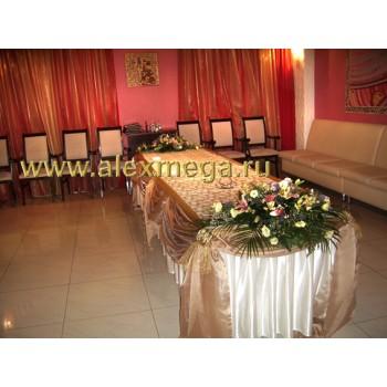 Оформление цветами свадьбы, ресторан PATHE. Композиции в торцы фуршетного стола.