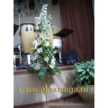 Оформление цветами. Двухметровые композиции на бронзовых стойках сцена ресторана