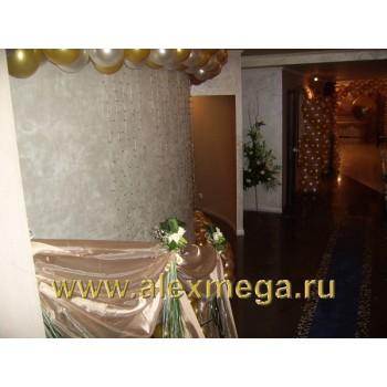 Оформление цветами свадьбы, ресторан PATHE. Украшение фойе ресторана Композициями из Лилий, и драпировкой поручней органзой и подвязками из роз