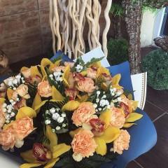 На языке цветов, орхидея сорта Цимбидиум является главным символом восторга, красоты и глубокого почитания! Эти цветы принято дарить тем людям, которыми восхищаются и уважают! Цена букета 4200руб ——————— AlexMegaGroup AMG#alexmegagroup#alexmega#amg#цветочки#цветы#flowers#цветыназаказ#доставкабукетов#цветывкоробке#101роза#букет#свадьба#цветынасвадьбу#свадебноеоформление#букетневесты#флористика#подарок#магазинцветочки#сходненская#фабрициуса40#тушинская#циолковского7#митино#пятницкоешоссе42#магазинцветочки#шляпныекоробки#ящички#ящикисцветами#цветочки#флорист#флористика#букет